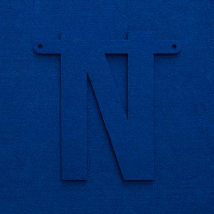 vilten letter N in blauw voor naamslinger Mevrouw Hendrik