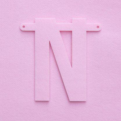 vilten letter N in roze voor naamslinger Mevrouw Hendrik