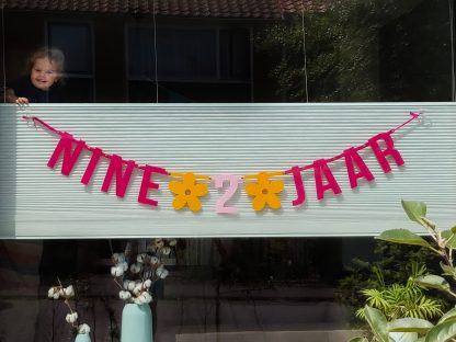 Vilten verjaardagsslinger Nine 2 jaar van Mevrouw Hendrik