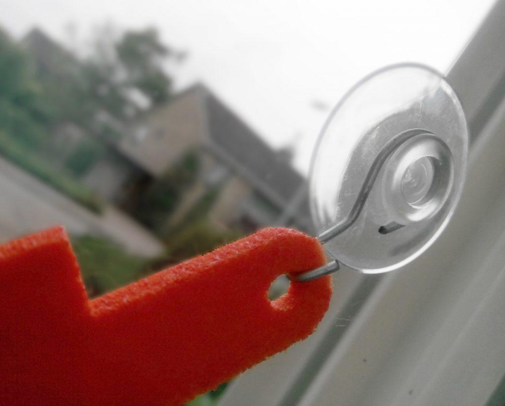 Zuignappen om je vilten naamslinger van Mevrouw Hendrik mee aan het raam te hangen