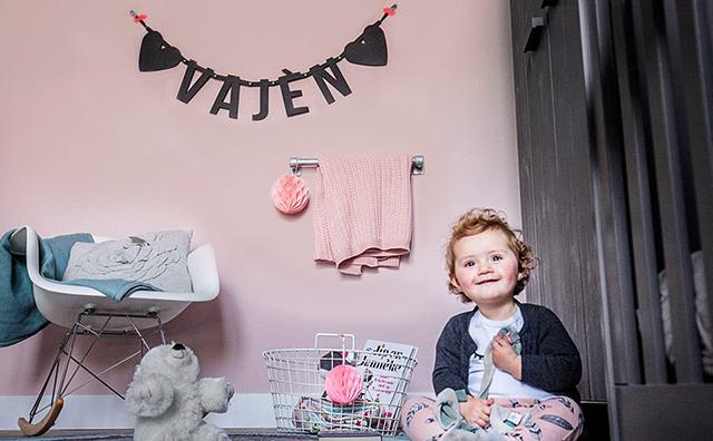 Vilten letterslinger met naam Vajèn van Mevrouw Hendrik