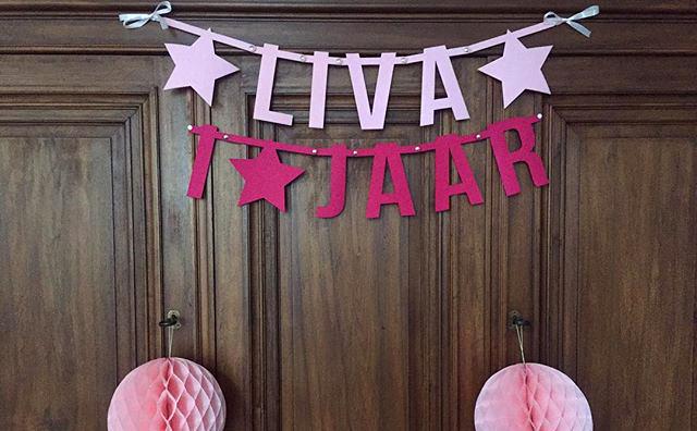 Vilten verjaardagsslinger met naam Liva 1 Jaar - Vilten Verjaardagsslinger van Mevrouw Hendrik