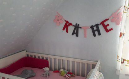Roze naamslinger van vilt met de naam käthe - Mevrouw Hendrik