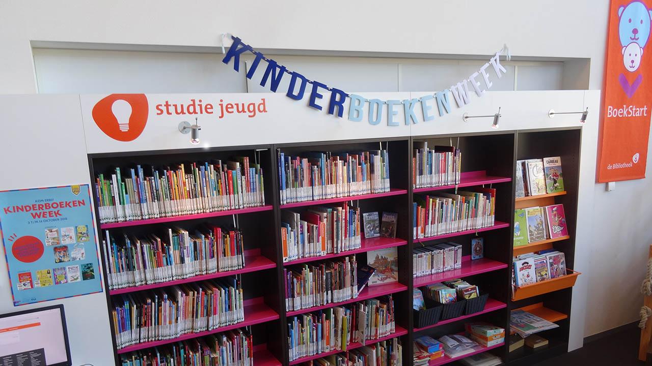 Kinderboekenweek slinger van vilt van Mevrouw Hendrik in de bibliotheek