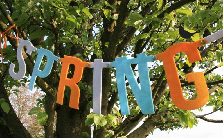 vrolijke vilten lenteslinger van Mevrouw Hendrik