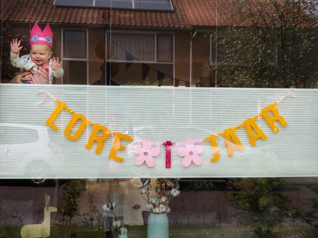 Vilten verjaardagsslinger met naam voor het raam met zuignapjes