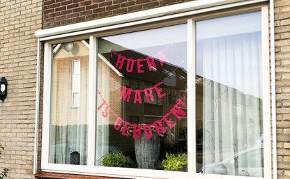 Roze vilten geboorteslinger voor baby met tekst Hoera Mare is geboren
