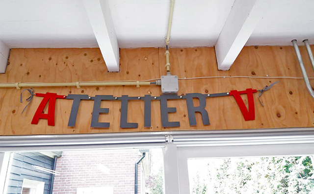 Atelier V - vilten slinger in werkplaats - Mevrouw Hendrik