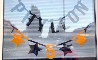 Vilten naamslinger baby Phyllon als geboorteslinger voor het raam