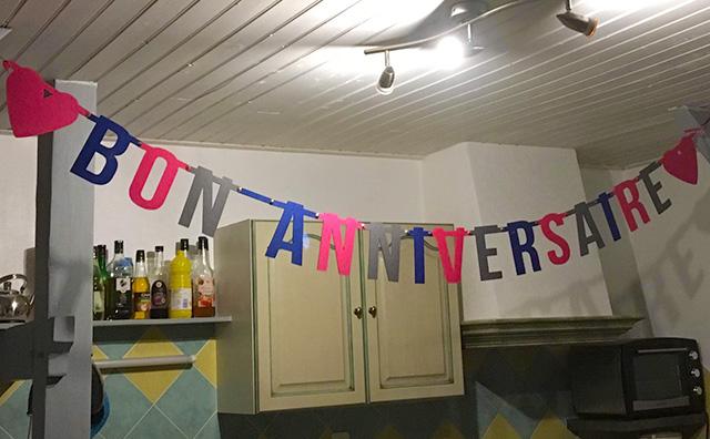 Vilten slinger met Franse tekst: Bon Anniversaire - verjaardagsslinger van Mevrouw Hendrik