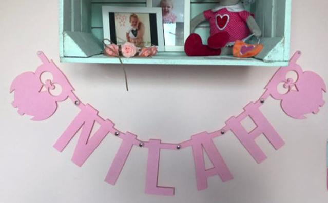 Roze naamslinger van vilt voor meisje Nilah met uilen van Mevrouw Hendrik