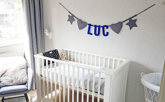 vilten naamslinger voor baby Luc in de babykamer - Mevrouw Hendrik