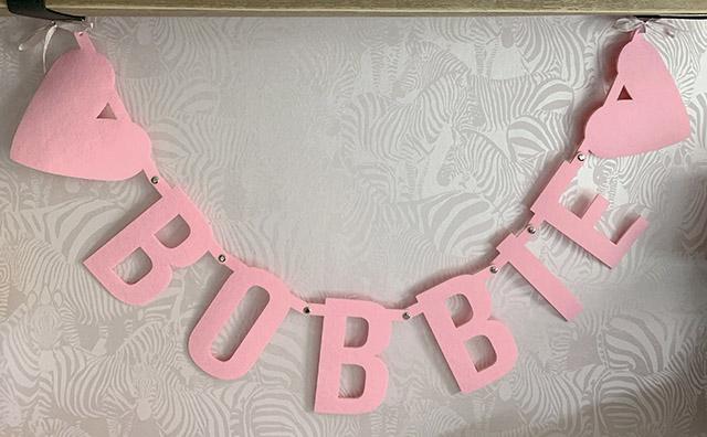 Roze vilten naamslinger voor baby meisje met naam Bobbie