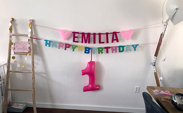 Roze vilten naamslinger voor baby Emilia van Mevrouw Hendrik