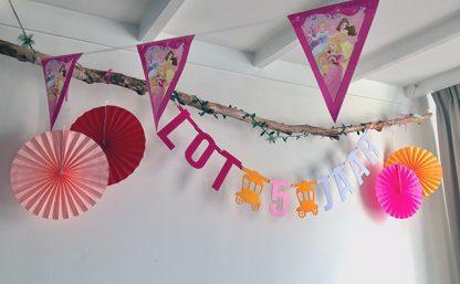Verjaardagsslinger met naam en leeftijd Lot 5 jaar op haar kinderfeestje met als thema prinsessen