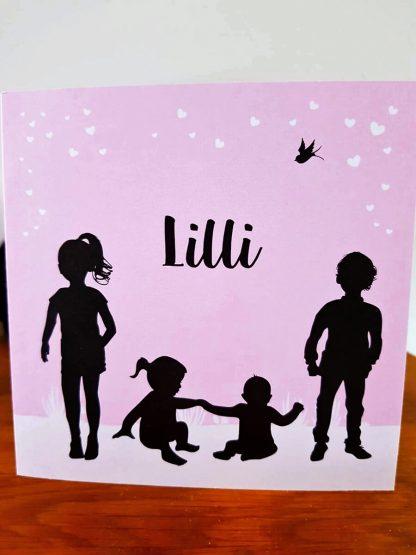 Roze geboortekaartje meisje met silhouetten van kinderen en een zwaluw, welke we verwerkt hebben in de vilten naamslinger voor Lilli