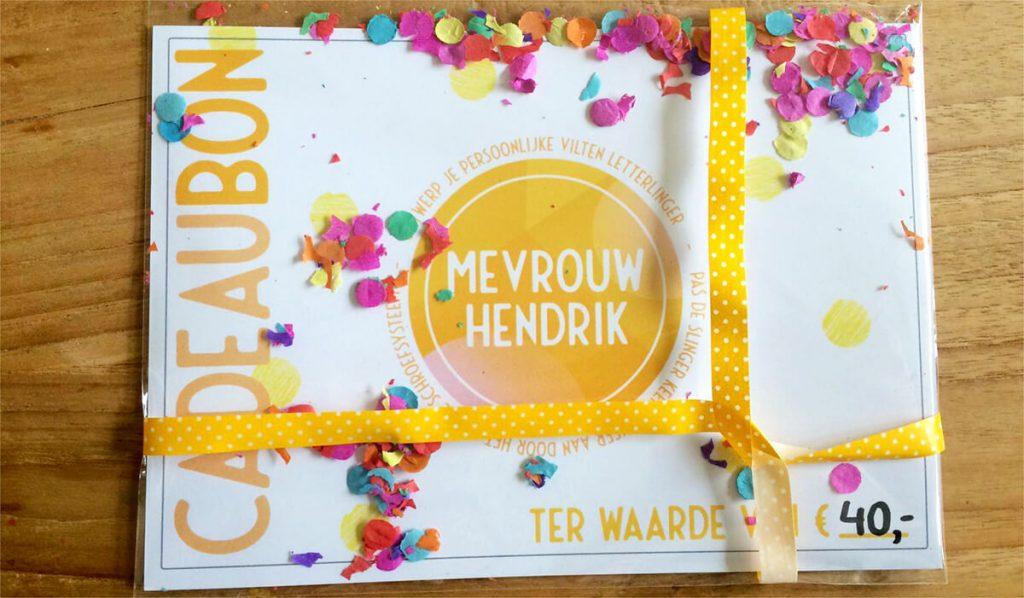Cadeaubon Mevrouw Hendrik - kies je eigen waarde voor een vilten naamslinger of accessoire uit onze webshop