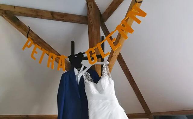 Decoratie bruiloft vilten letterslinger met namen van het bruidspaar - Mevrouw Hendrik
