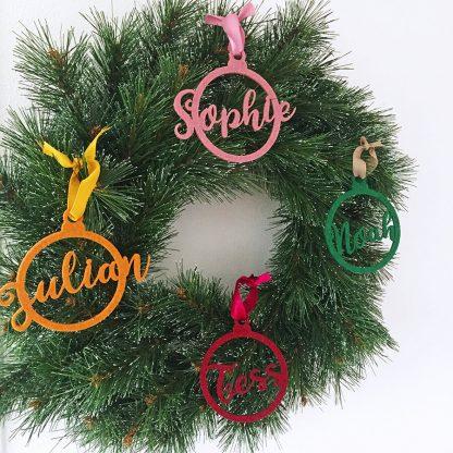 Gepersonaliseerde vilten kersthanger met naam voor het hele gezin aan een kerstkrans - Mevrouw Hendrik
