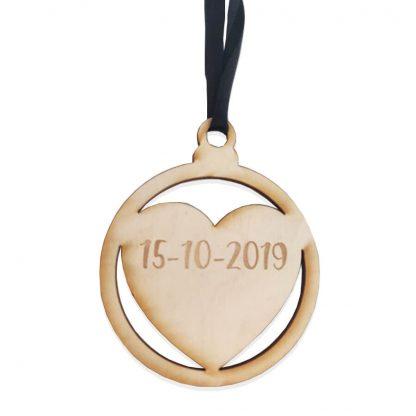Gegraveerde houten kersthanger hartje met datum erin gegraveerd of persoonlijke tekst naar keuze - gemaakt door Mevrouw Hendrik