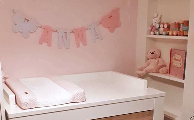 Vilten naamslinger voor baby Anna op haar babykamer uitgevoerd in wit en lichtroze vilt met vlinders - Mevrouw Hendrik
