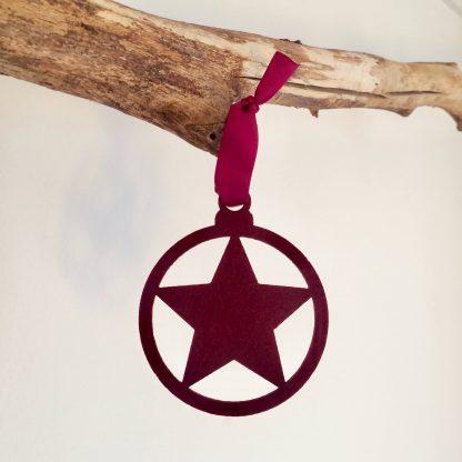 Vilten kersthanger met ster in wijnrood of bordeaux rood van het merk Mevrouw Hendrik