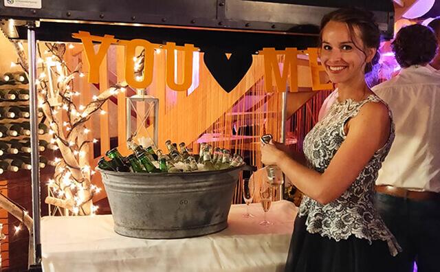 decoratie bruiloft vilten letterslinger You & Me in okergeel - Mevrouw Hendrik