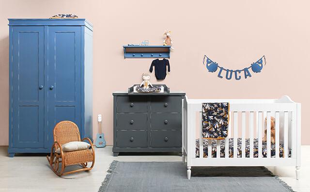 Naamslinger vilt voor baby Luca in kobaltblauw met walvisjes op zijn babykamer