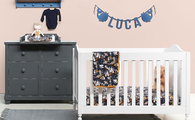 Mooie naamslinger vilt baby Luca boven zijn bedje in zijn babykamer