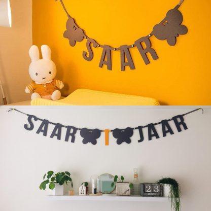 Slinger met naam en leeftijd voor babykamer of babydecoratie - Mevrouw Hendrik