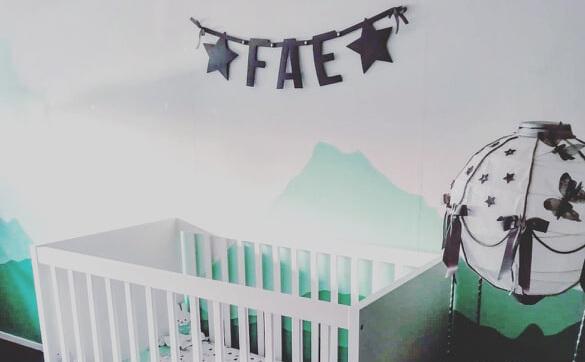 Vilten slinger met naam Fae voor baby meisje in de babykamer