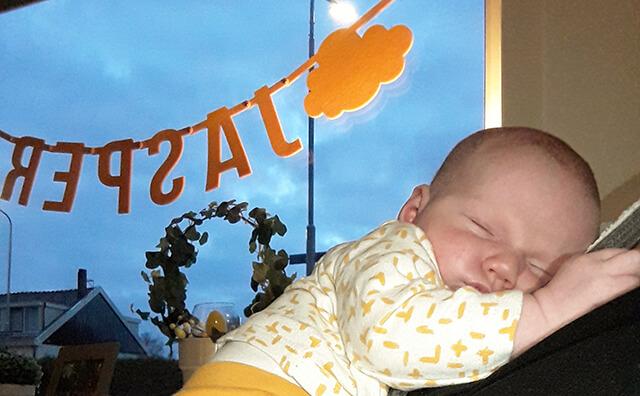 Vilten naamslinger in okergeel ter geboorteaankondiging van baby jasper
