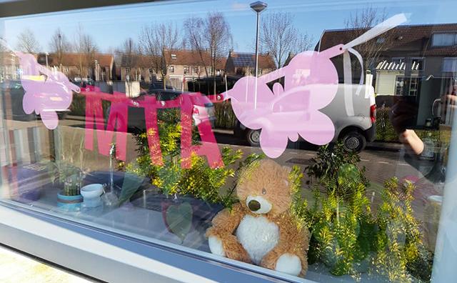Geboorteslinger voor baby Mia aan het raam, vilten slinger met naam ter aankondiging van de geboorte van meisje