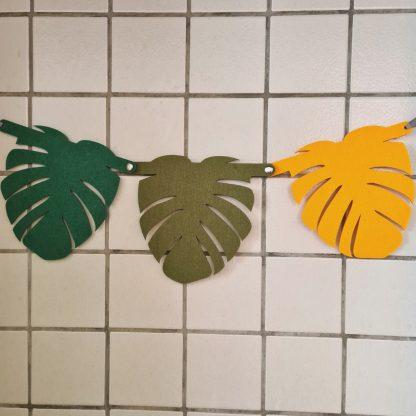 Vilten slinger met Monstera bladeren ter decoratie van de kinderkamer
