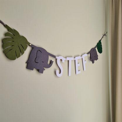 Geboorteslinger voor baby Stef aan de muur, vilten slinger met naam ter aankondiging van de geboorte van jongen
