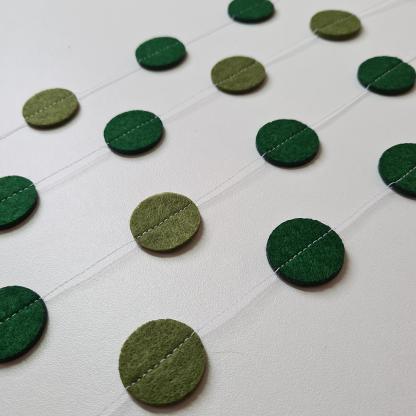 Vilten DIY rondjes slinger in dennengroen en olijfgroen