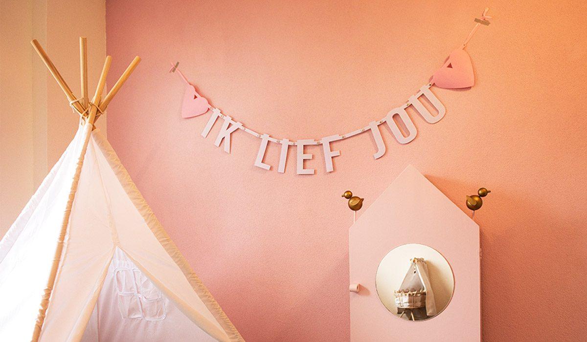 welkom op de homepage van Mevrouw Hendrik - foto vilten slinger met tekst Ik Lief Jou