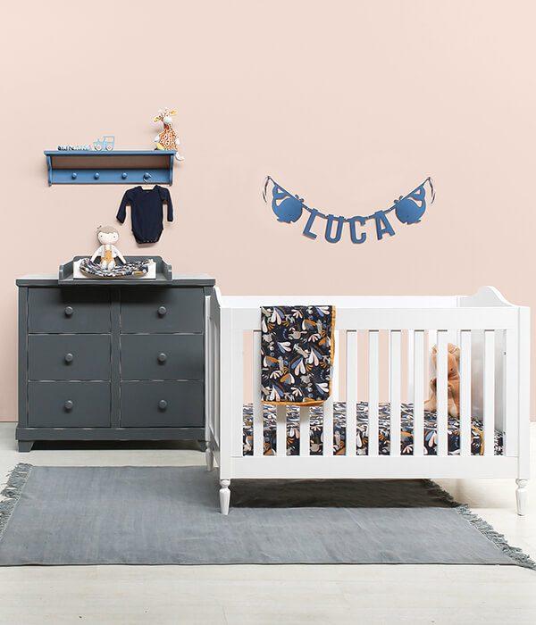 Vilten naamslinger baby Luca in kobaltblauw met walvis figuurtjes hangend in babykamer - Mevrouw Hendrik